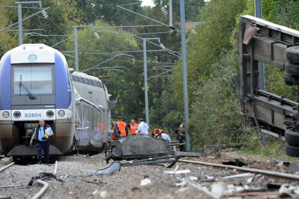 Le 12 octobre 2011 à Saint Médard sur Ille, un train TER a percuté un camion à un passage à niveau. Trois victimes décéderont.