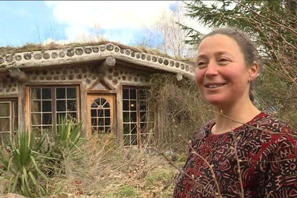 Chloé Dequeker s'est construit sa maison semi-enterrée en utilisant beaucoup de matériaux de récupération.