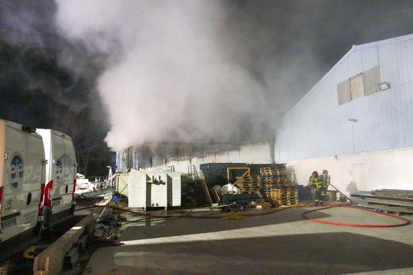 L'incendie a endommagé 200 mètres carré d'un bâtiment situé route de Prades à Perpignan, dans les Pyrénées-Orientales.