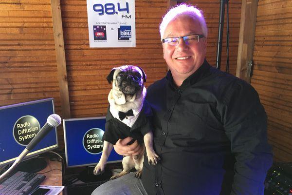 Laurent et son chien Index dans le studio de Radio Fantastic'Arts, à Gérardmer (Vosges).
