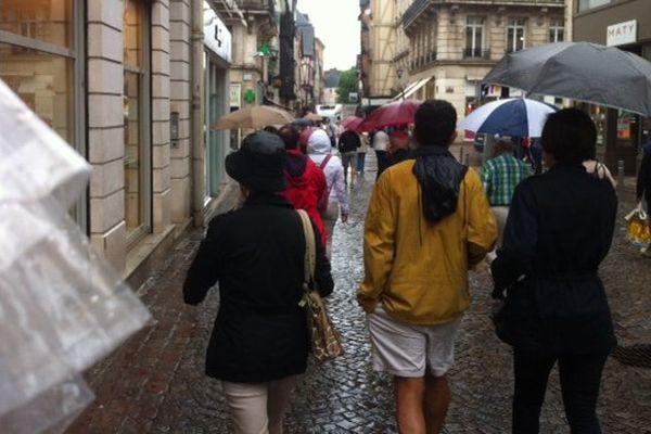 Dans les rues de Rouen, les parapluies sont de sortie.