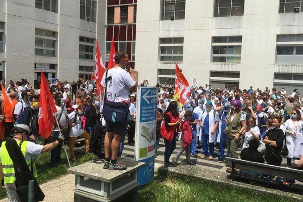 Les organisateurs de la manifestation ont pris la parole sur le parvis du CHU de Grenoble