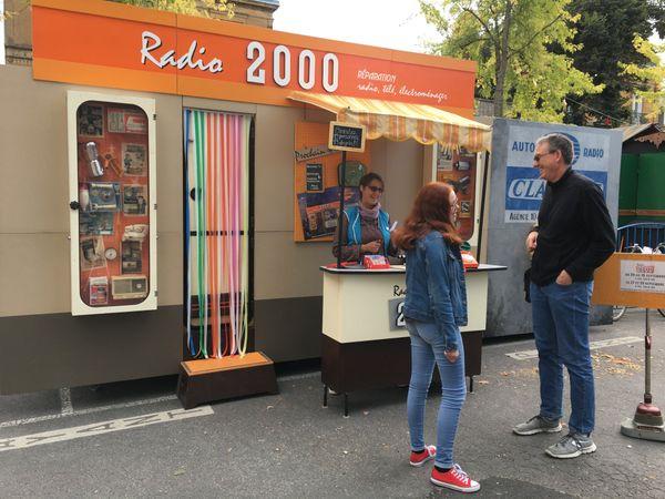 """La caravane du spectacle """"Radio 2000"""" de la compagnie du Grand Hôtel, installée place d'Arches à Charleville-Mézières"""
