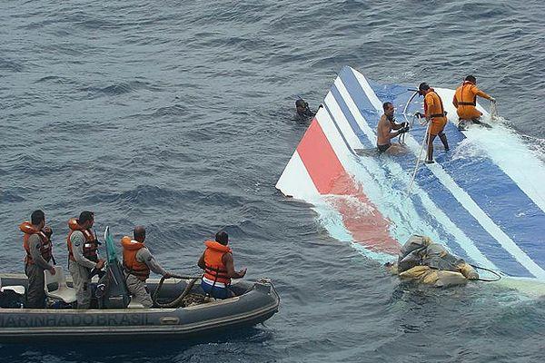 La marine brésilienne récupèrant les débris de l'Airbus A 330