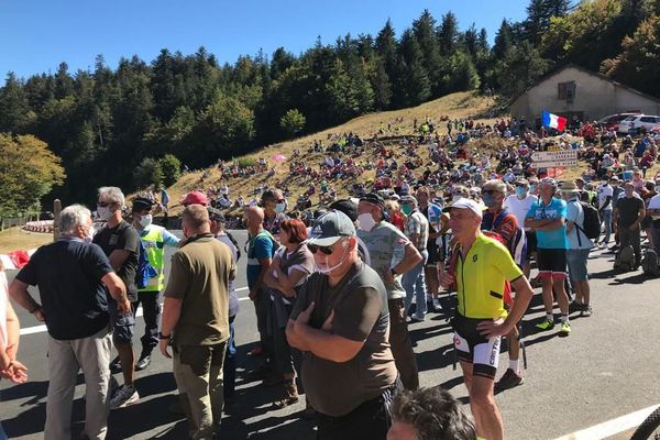 Spectacle populaire par excellence, le Tour de France attire toujours autant de monde. En plein coeur du Parc national des Cévennes, sous le soleil, les spectateurs sont ravis.