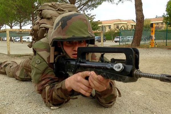 Castelnaudary (Aude) - un militaire au stand de tir avec un Famas - novembre 2015.