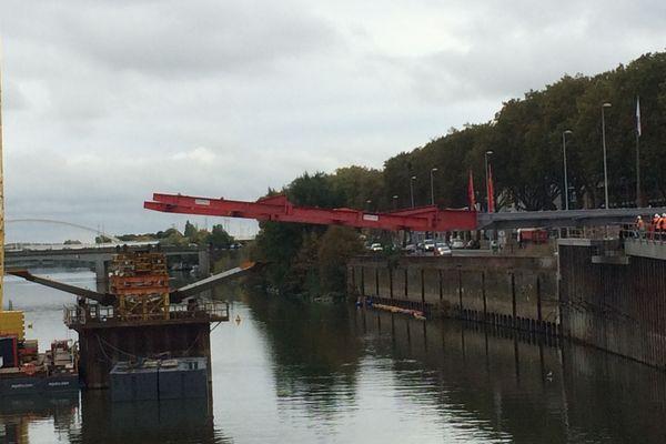 La pose du tablier du nouveau pont sur la Maine à Angers
