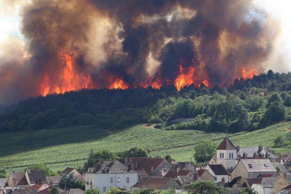 L'incendie spectaculaire sur le plateau de Chenôve, au sud de Dijon, lundi 20 juillet 2015.