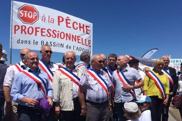 De nombreuses écharpes tricolores arborées par des élus du Béarn dans le cortège de la manifestation qui a réunit 450 personnes, jeudi 30 mai à Anglet, contre la pêche au saumon dans le port de Bayonne.