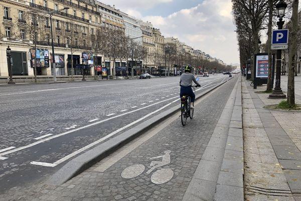 Les Champs Elysées quasiment  déserts