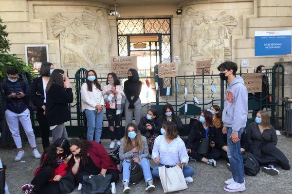 Sitting des élèves devant le lycée Victor Hugo à Carpentras, dans le Vaucluse.