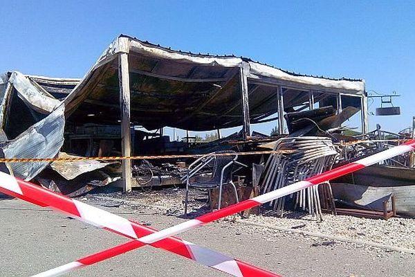 Vendres (Hérault) - une paillote détruite par une incendie - 5 mai 2014.