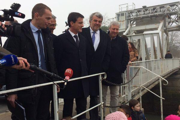 En visite sur le vieux port, aux côté du maire Jean-François Fountaine