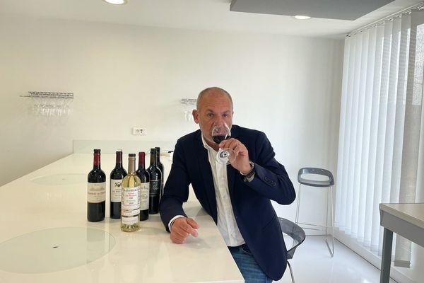 Stéphane Toutoundji, dégustant ce matin le millésime 2020 dans son laboratoire