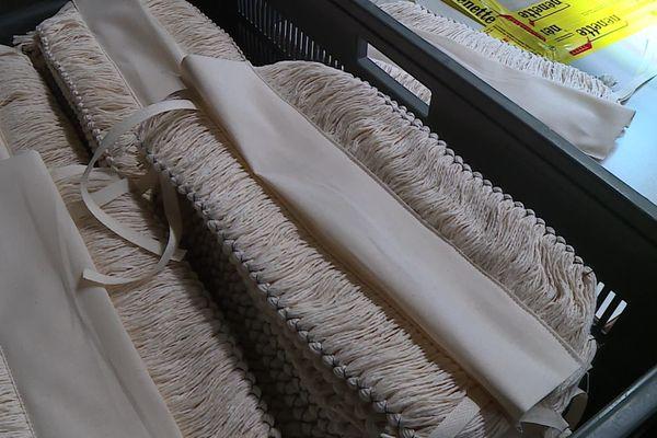 La nénette est une frange en coton imprégnée d'un liquide lustrant. Elle sert à capter la poussière et lustre carrosserie et tableau de bord des voitures.