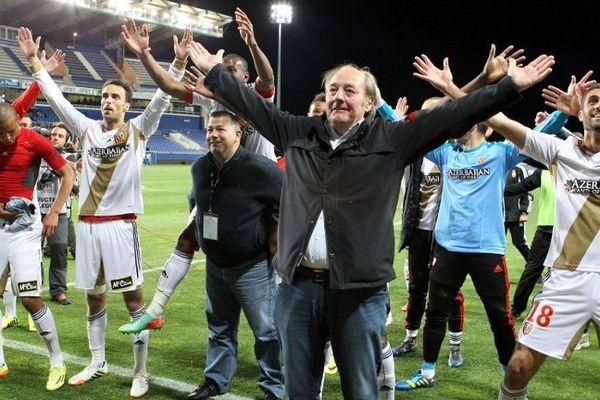 Gervais Martel, président du Rc Lens et ses joueurs fêtent la montée avec un dernier clapping.
