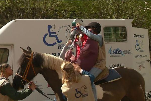 Les patients doivent être aidés pour monter sur le cheval, ils sont aussi accompagnés durant cette promenade.
