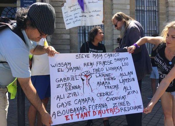 Les manifestants se sont d'abord réunis place de la Bourse, avant de rejoindre l'association Mémoires et Partages.