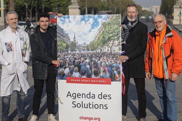 Les lanceurs de pétition de Change.org place de la Concorde