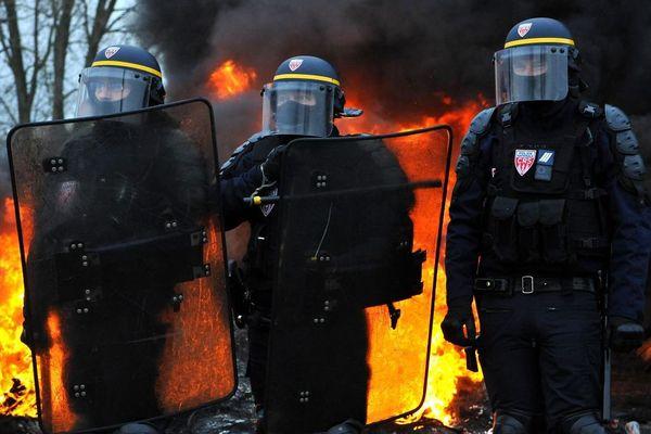 Des CRS photographiés le 19 novembre à Crespin, près de Valenciennes.