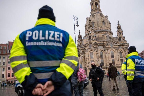 La police allemande patrouillant dans la ville de Dresde, dans l'est du pays. AFP