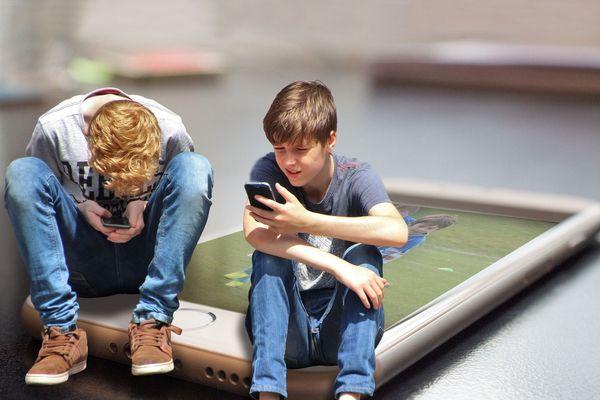Des troubles du comportement peuvent apparaître pour les enfants passant un nombre d'heures élevées au quotidien sur les écrans (image d'illustration)