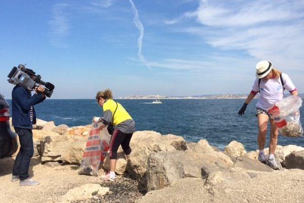 Des centaines de marseillais se sont retrouvés pour ramasser les déchets sur le littoral de la ville