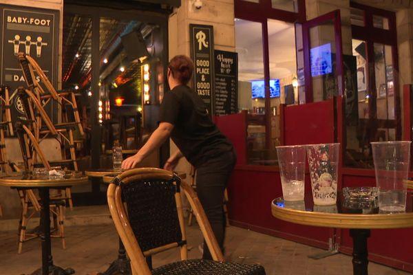 Rangement de la terrasse dès 22 heures dans ce bar de Bordeaux lundi 29 septembre.
