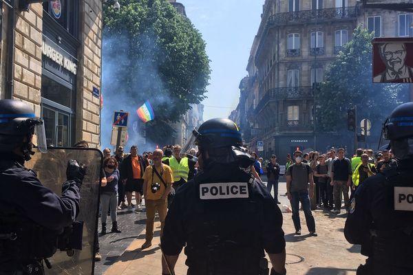 Quelques manifestants ont tenté de passer le cordon de la police qui bloquait l'accès à la rue Sainte-Catherine