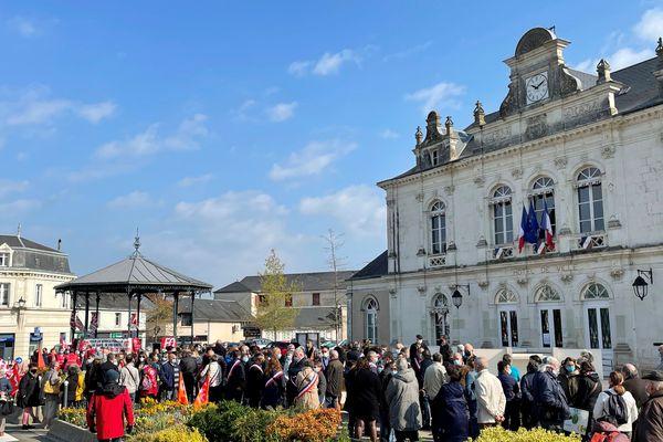mobilisation devant  la mairie de Montval-sur-Loir samedi premier mai pour réclamer le maintien des urgences 24/24h sur la commune