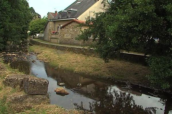 Dans les Ardennes, le préfet a pris un arrêté de restriction d'eau. Le niveau des cours d'eau est aussi au plus bas.