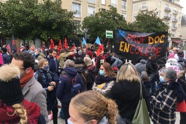 500 personnes, au moins, ont défilé à Caen, des professeurs de collège et de lycée mais aussi les infirmières scolaires. Tous dénoncent les manques de moyens et les suppressions de postes en pleine crise sanitaire