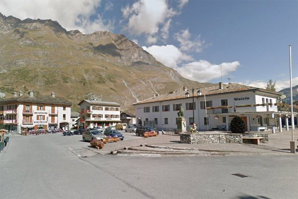 Photo d'illustration - La place de la mairie à Bessans en Savoie