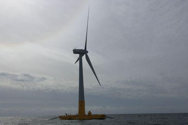 Temps gris sur L'éolienne Floatgen installée au large du Croisic en Loire-Atlantique