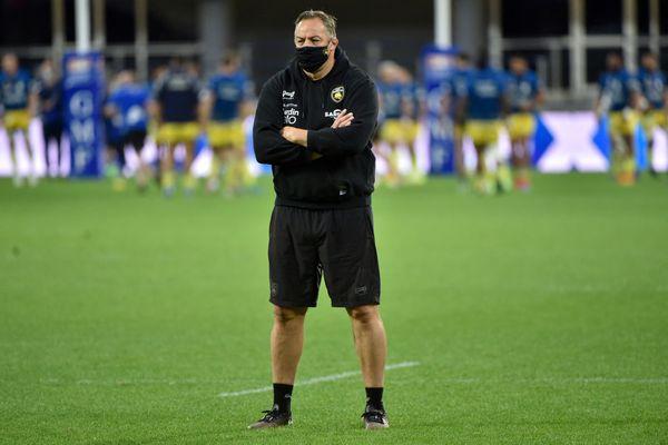 Le 5 juin 2021, Jono Gibbes, alors entraîneur du Stade Rochelais, se tient sur la pelouse du Stade Marcel Michelin à Clermont-Ferrand lors d'une rencontre de Top 14 face à l'ASM Clermont.