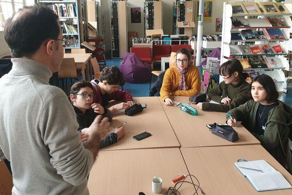 Didier Morel, journaliste à France 3 Paris Ile-de-France, avec les élèves de la classe médias.
