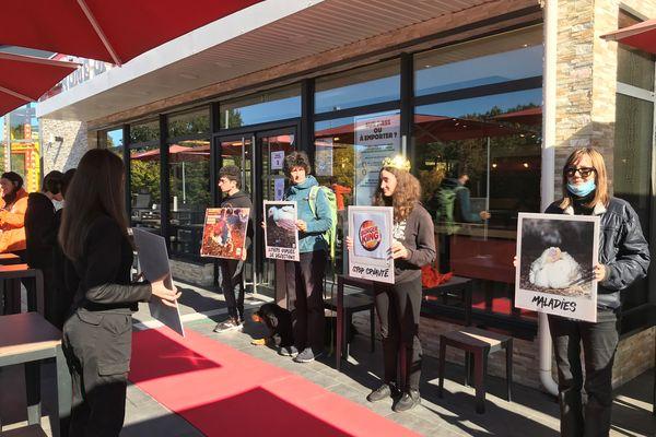 Des militants de l'association L 214 manifestent devant le Burger King de Feytiat pour dénoncer les conditions d'abattage des poulets