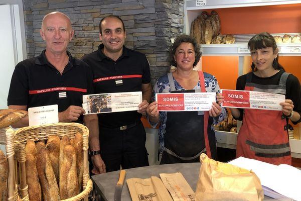 L'opération sacs à pain dans les boulangeries dans la région de Mornant (Rhône) vise à recruter de nouveaux pompiers volontaires. Des hommes et des femmes