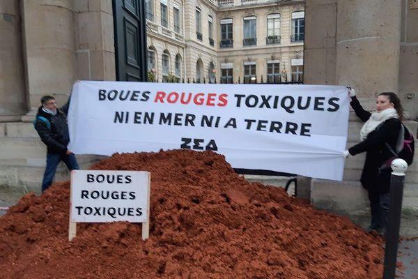 """12/02/2019 - Des """"boues rouges"""" déversées devant le ministère de l'Ecologie."""
