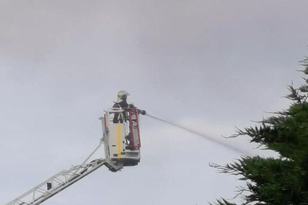 Une cinquantaine de pompiers sont à pied d'œuvre pour sécuriser le périmètre.
