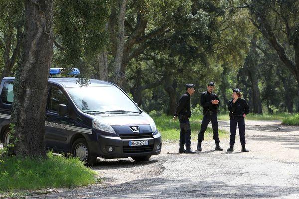 Les gendarmes près du parc du Cannet-des-Maures, dans la commune du Cannet-des-Maures, dans le sud-est de la France, le 2 mai 2013