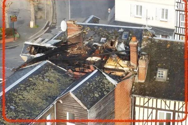 Les toitures des deux bâtiments situés rue de l'église à Saint-Georges-du Vièvre (Eure) ont été ravagés par les flammes.