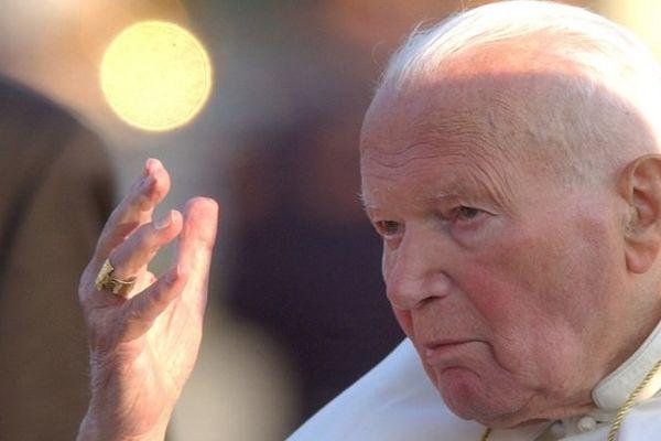 Jean-Paul II sera canonisé 9 ans après sa mort. (ici en septembre 2003 à Bratislava)