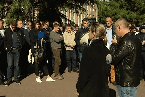 Rassemblement d'une centaine de policiers devant le commissariat de Rennes