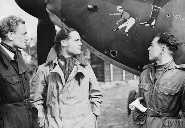 """Douglas Bader (au centre), leader du 242 Squadron et du """"Big Wing"""" de Duxford, en septembre 1940."""