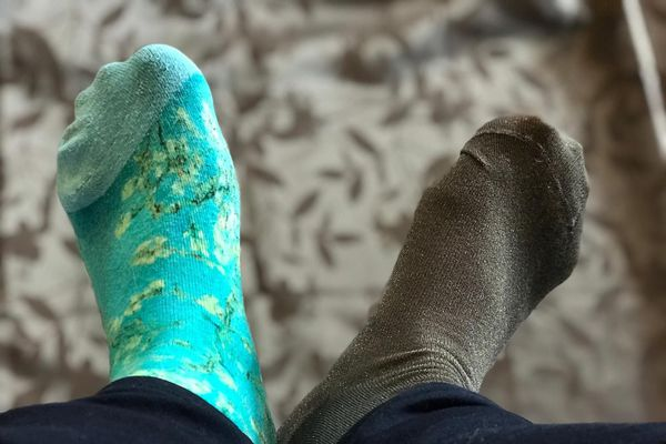 Donnez vos chaussettes orphelines pour une seconde vie au lieu de les jeter. Selon l'association Chaussette Orpheline la consommation annuelle en France est de 300 millions de paires de chaussettes, ce qui représente 16 000 tonnes de déchets.