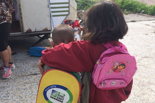Ces deux enfants vivant dans un bidonville toulousain ont été accompagnés à la scolarisation par les trois professeurs relais école précarités (PREP) de la ville, en 2019.