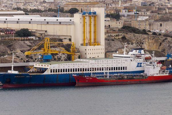 Euroferry Malta, un roulier de 175 mètres de long battant pavillon maltais, photographié en novembre 2013.