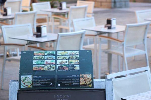 Des terrasses de café en partie vides à Vintimille. Le coeur n'y est pas.