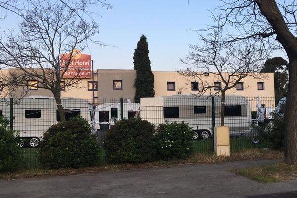 Montpellier - des caravanes occupent illégalement le parking d'un hôtel - 30 mars 2020.